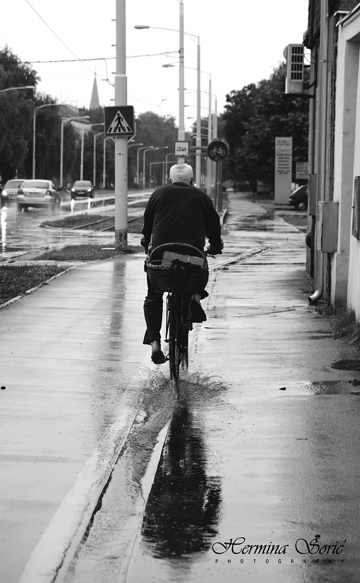 Bicikliranje!  Foto: Hermina Sorić  Ključne riječi: bicikl bicikliranje kisa