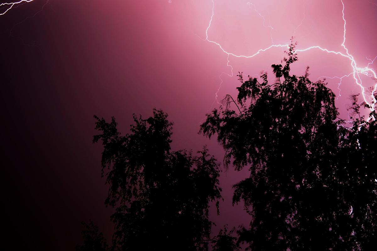 Boom!  Foto: Igor Zarković  Ključne riječi: grmljavina munja bljesak crveno nebo noc