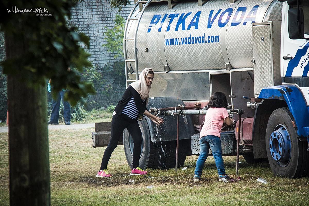 Pitka voda  Foto: Vatroslav Haramustek  Ključne riječi: pitka voda izbjeglice vatroslav sirija migranti