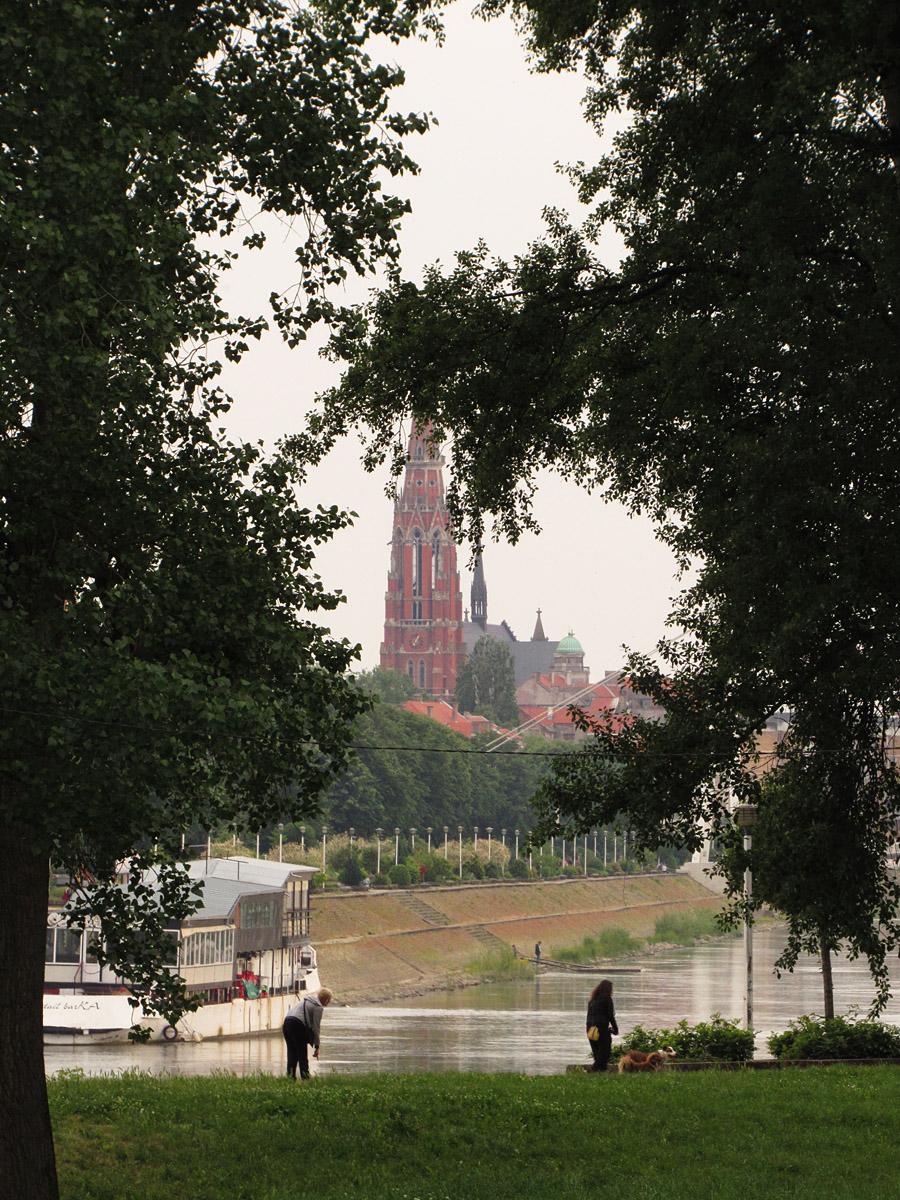 Grad u daljini  Foto: Tanja Kadlec  Ključne riječi: grad daljina katedrala drava