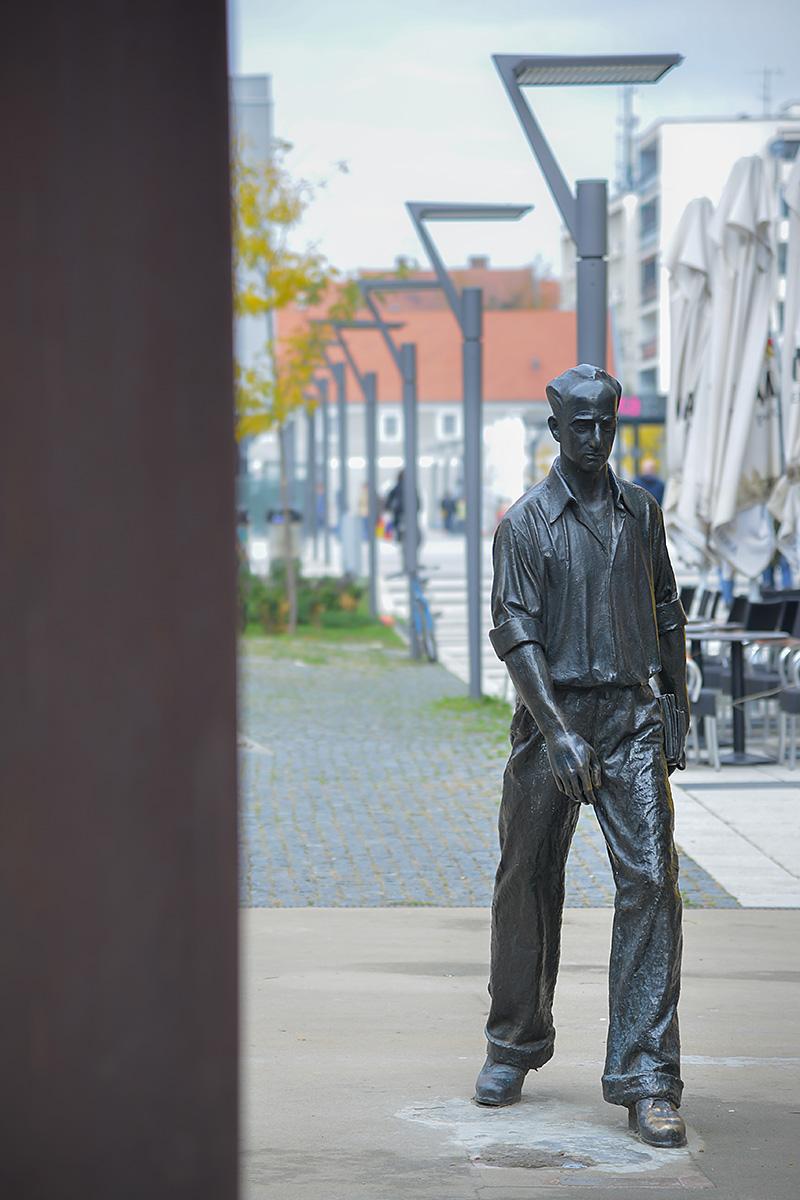 Šetač  Foto: Josip Degmečić  Ključne riječi: setac centar grad kip