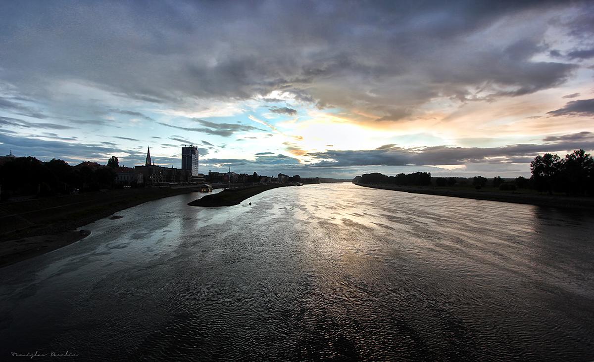 Drava miruje  Foto: Tomislav Pavelić  Ključne riječi: drava nebo most oblaci hdr dramaticno