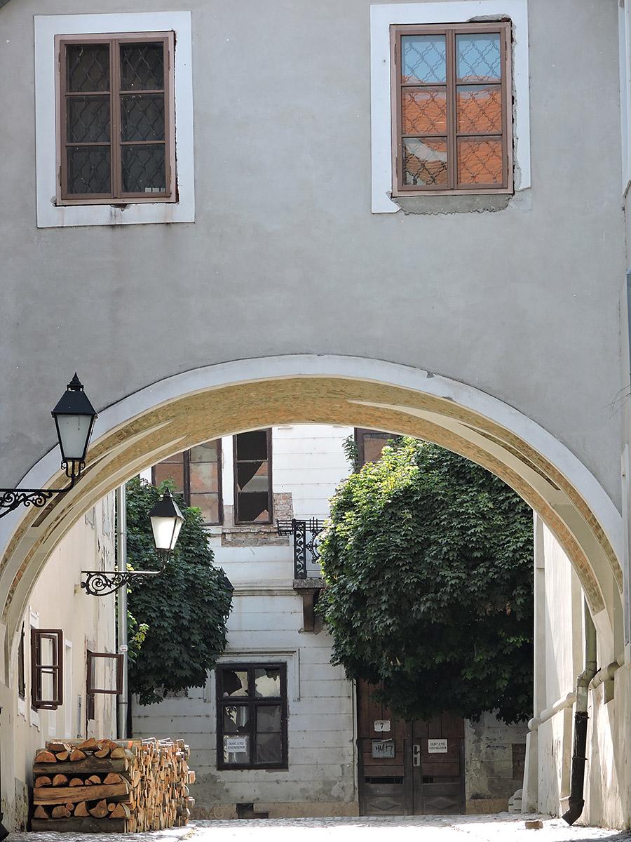 Zgrada tužnog lica  Foto: Marinko Uremović  Ključne riječi: zgrada tuzno tuznog lica tvrda tvrdja