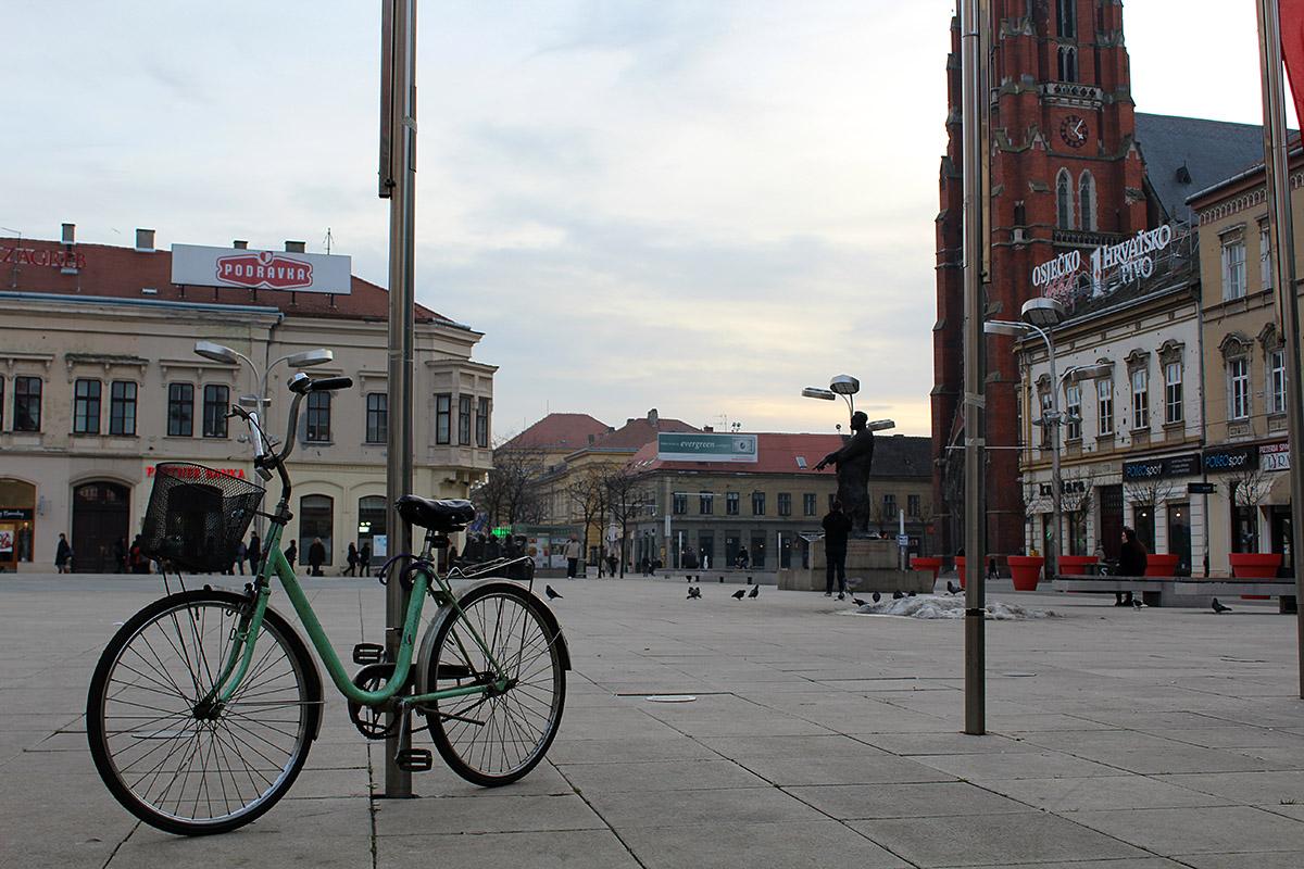 Usamljeni bicikl  Foto: Tihana Rončević  Ključne riječi: usamljeni bicikl trg ante starcevica