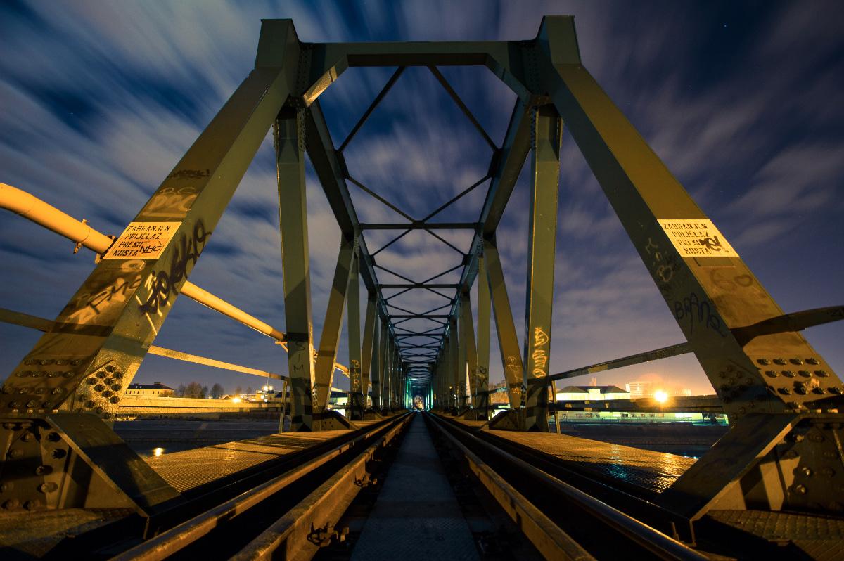 Želja noću  Foto: Damir Podhorski  Ključne riječi: zelja zeljeznicki most drava noc