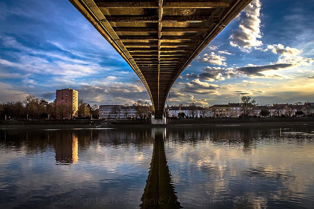 Oblaci iznad pješačkog mosta  Foto: Ivica Benić  Ključne riječi: oblaci pjesacki most drava hdr