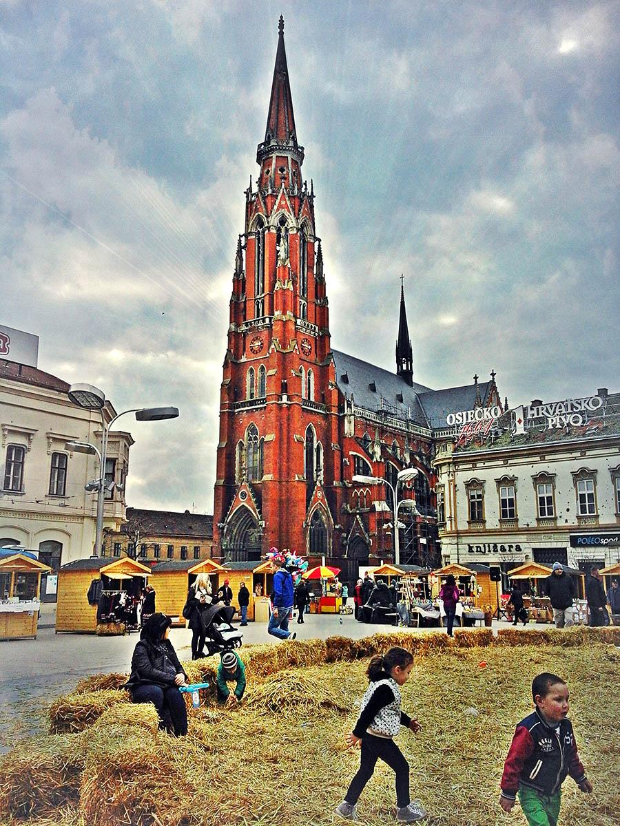 Uskrs u mom gradu  Foto: Ena Crnoja  Ključne riječi: uskrs trg ante starcevica katedrala djeca gnjezdo